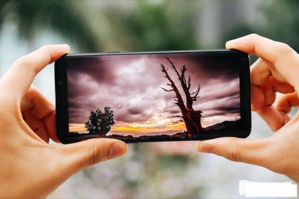Màn hình smartphone tốt dưới ánh sáng mặt trời.