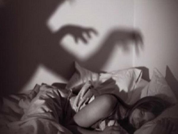 Theo khoa học, hiện tượng bóng đè có thể là do thức đêm nhiều